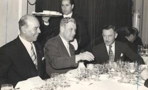 Nalle Halldén i mitten med Ricardo Zamora till höger 1952